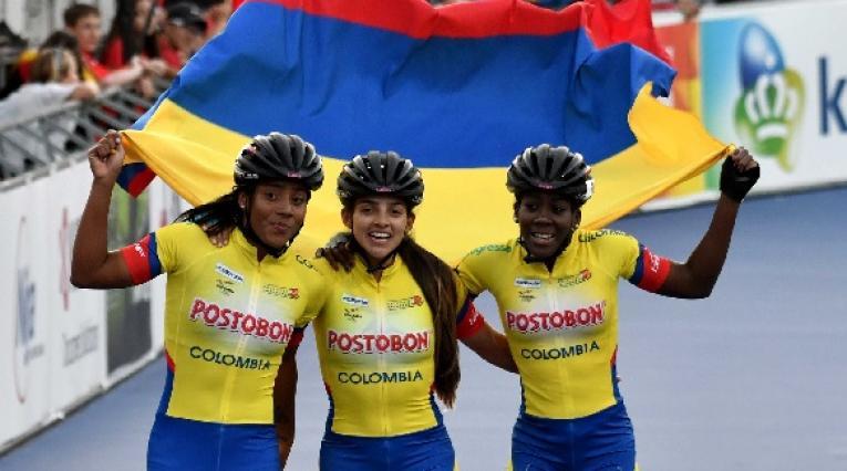 Fabriana Arias, Johana Viveros y Kerstinck Sarmiento celebrando una medalla de oro para Colombia
