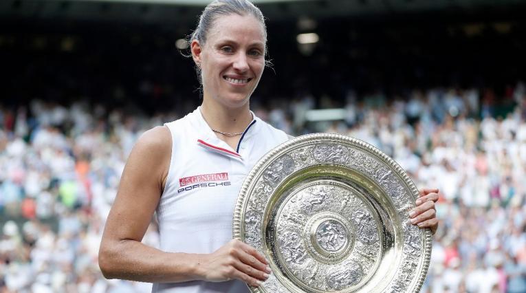 Angelique Kerber posa con su trofeo tras ganar Wimbledon 2018
