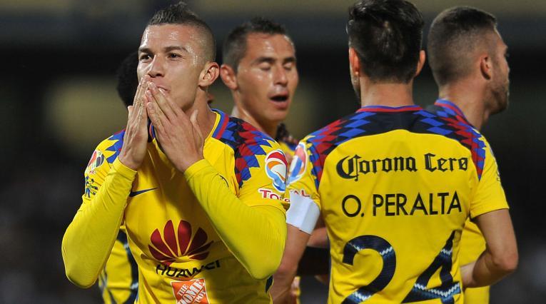Mateus Uribe celebra con sus compañeros el gol marcado a Pumas en mayo de 2018