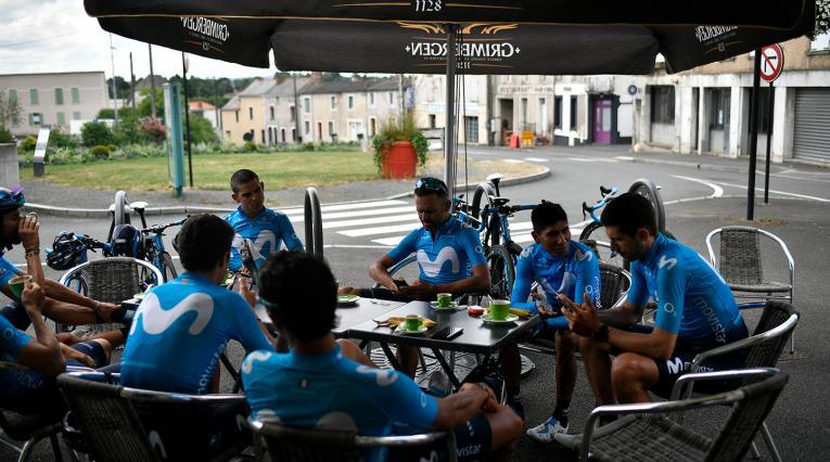 El Movistar Team descansando en Chemille-Melay (Francia), el 6 de julio de 2018