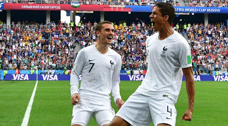 Raphael Varane celebra a rabiar su gol en frente de Antoine Griezmann
