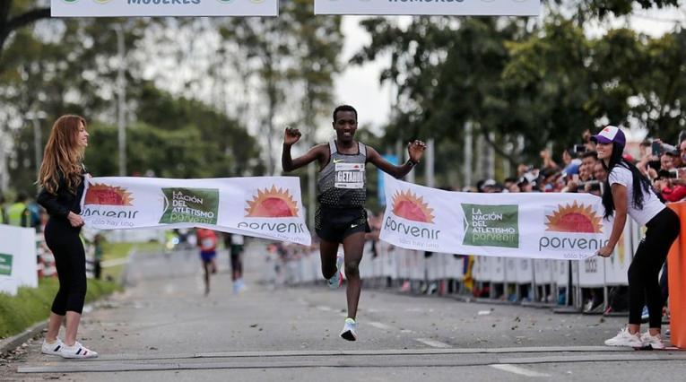 Betesfa Getahun, ganador de la Media Maratón de Bogotá