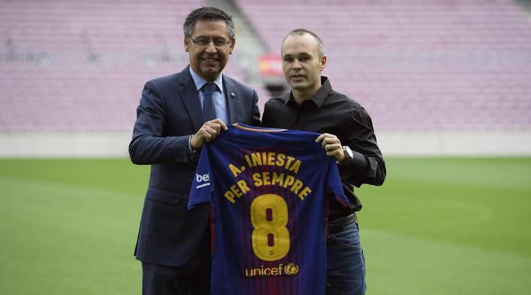 Josep Maria Bartomeu y Andrés Iniesta en el Camp Nou