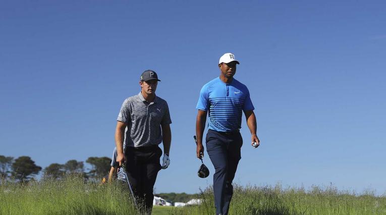 Bryson Dechambeau y Tiger Woods en el US Open 2018