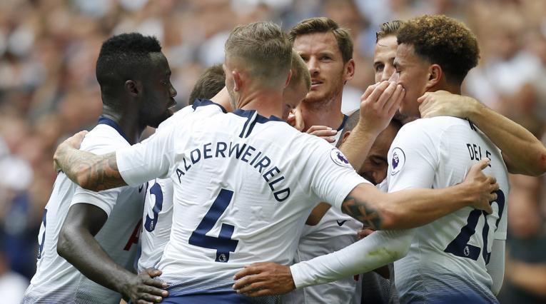 Davinson Sánchez con sus compañeros del Tottenham