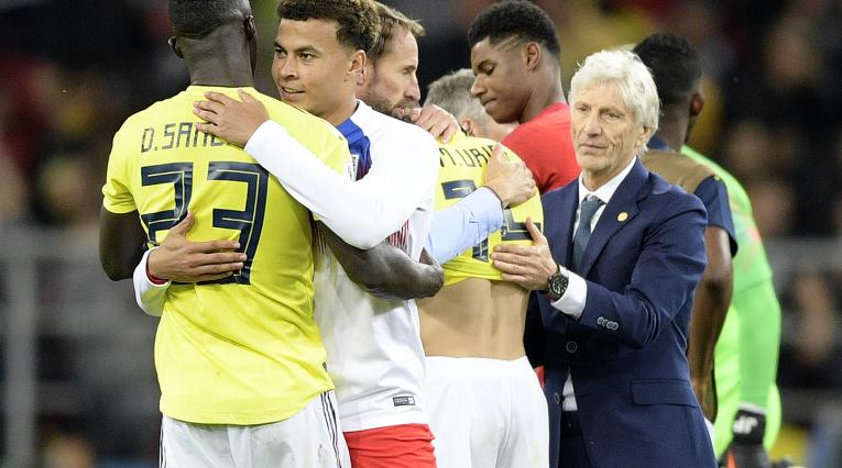 Pékerman acercándose al plantel de Inglaterra tras el juego ante Colombia en Rusia 2018