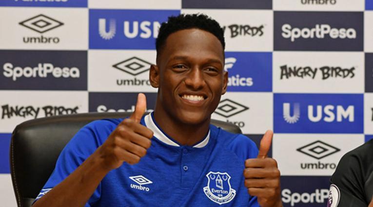 Yerry Mina posando por primera vez con la camiseta del Everton