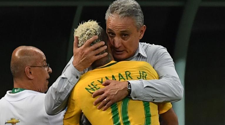 Tite abrazando a Neymar