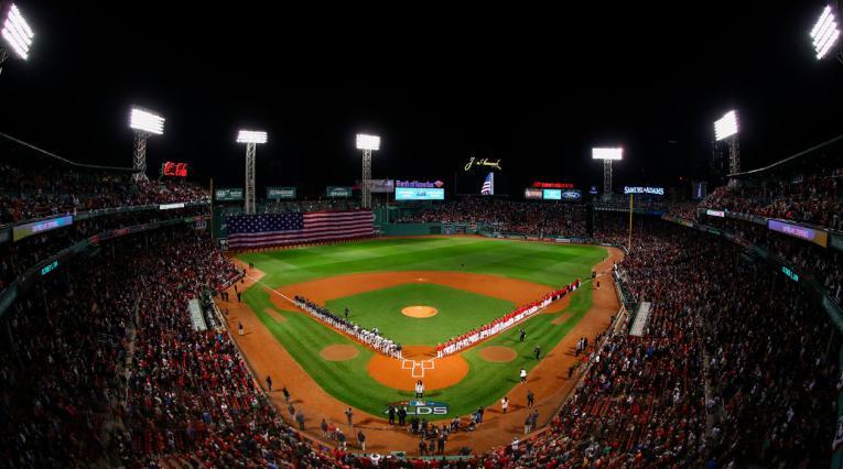 Una visión general del partido entre New York Yankees y los Boston Red Sox durante el himno nacional.