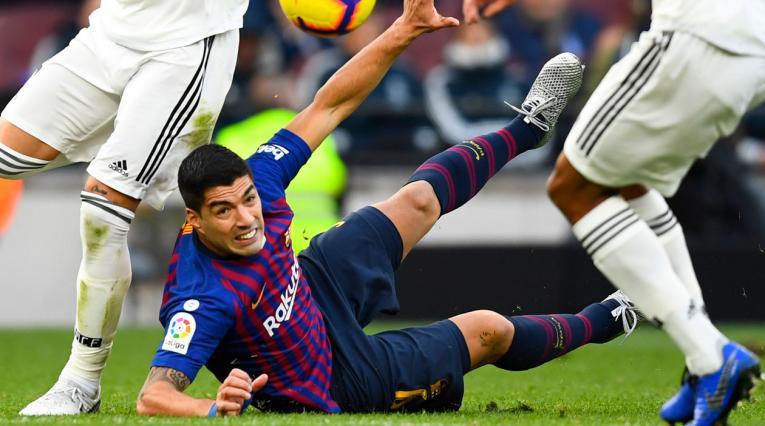 Luis Suárez fue derribado por el defensa Raphael Varane dentro del área en el clásico Barcelona-Real Madrid
