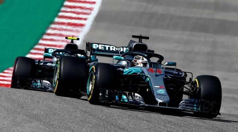 Lewis Hamilton de Gran Bretaña conduciendo el (44) Mercedes AMG Petronas F1 Team Mercedes WO9 seguido por Valtteri Bottas