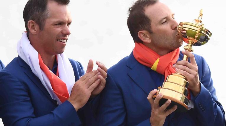 Sergio García besa la Ryder Cup y celebra junto a Paul Casey.