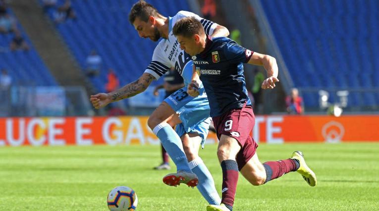Krzysztof Piatek de Génova disputa una pelota con Francesco Acerbi de la Lazio