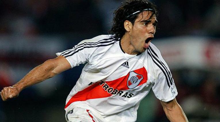 Falcao, delantero colombiano portando la camisa de River Plate