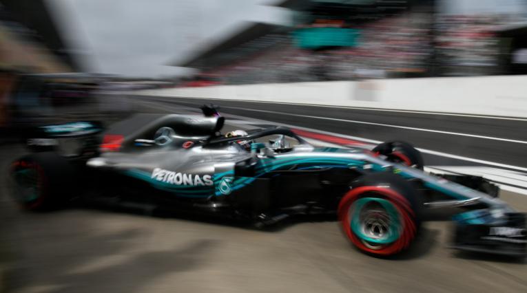 Durante el Gran Premio de Japón, el piloto británico Lewis Hamilton (Mercedes) saliendo de los tallerres