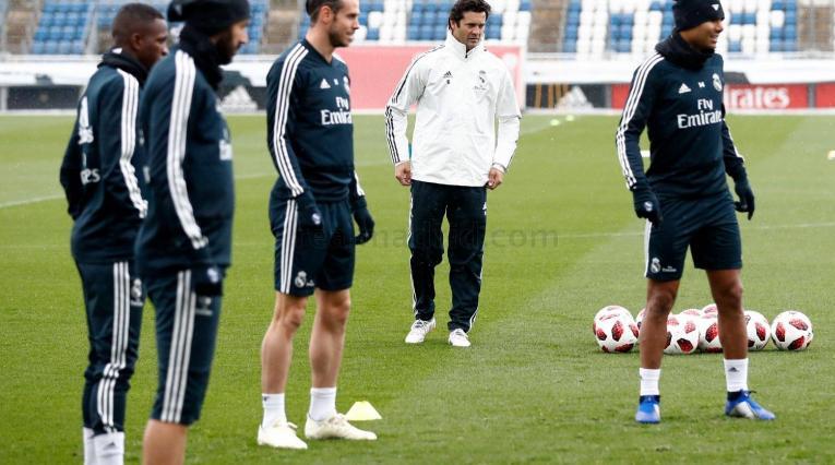 Santiago Solari dirigiendo entrenamiento del Real Madrid