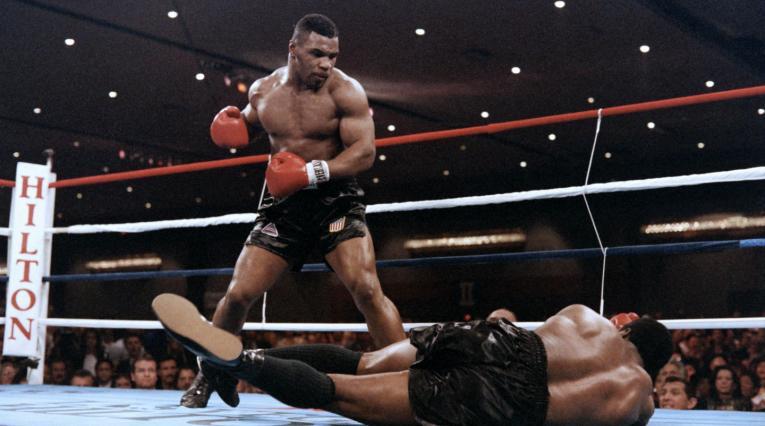 4. Mike Tyson. Nació el 30 de junio de 1966 en Brownsville, Nueva York (EE.UU.). Se retiró el 11 de junio de 2005. Tiene un récord de 50 victorias (44 nocauts), seis derrotas – dos combates nulos. Realizó nueve defensas.