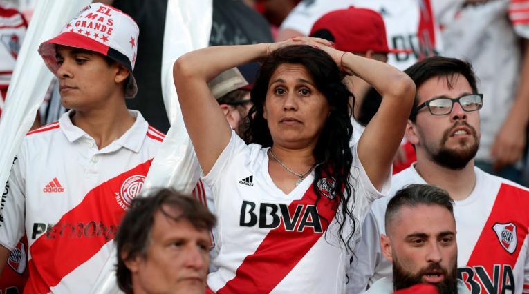 Hinchas de River Plate lugo de conocerse que la final de la Copa Libertadores sería suspendida
