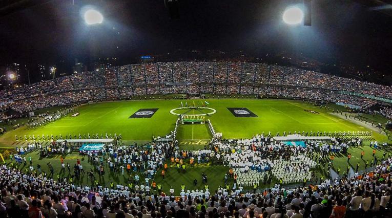 Cuerpo técnico y jugadores de Nacional homenajeando al Chapecoense