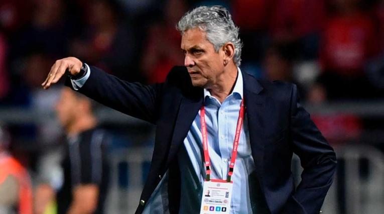 El técnico de Chile, Reinaldo Rueda, dando instrucciones en el partido ante Costa Rica