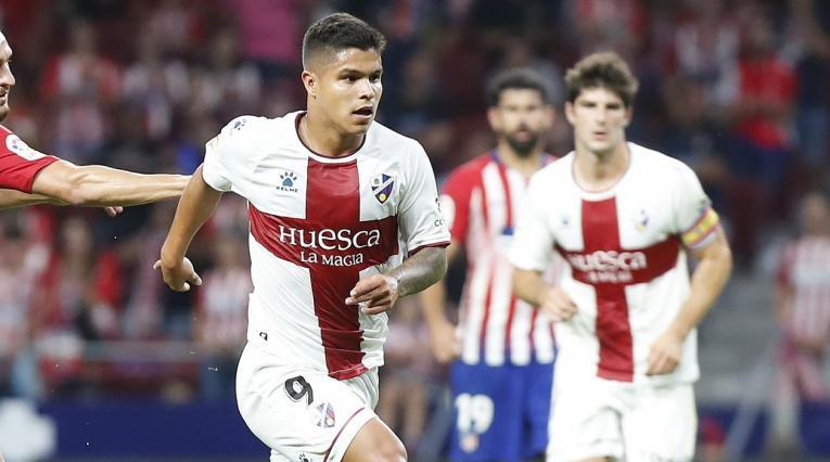 Juan Camilo el 'Cucho' Hernández en un partido del Huesca ante el Atlético de Madrid