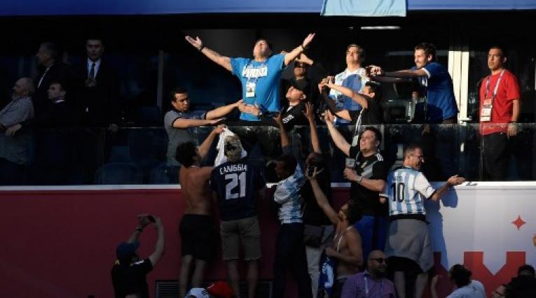El delantero retirado de Argentina, Diego Maradona (arriba C) reacciona antes del partido de fútbol del Grupo D de la Copa Mundial de Rusia 2018 entre Nigeria y Argentina en el Estadio de San Petersburgo en San Petersburgo el 26 de junio de 2018.