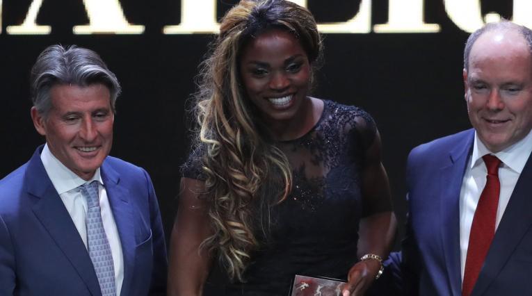 Caterine Ibargüen recibiendo su premio como mejor atleta del año