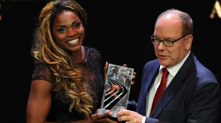 Caterine Ibargüen recibiendo el premio como la mejor atleta del año por parte de la IAAF
