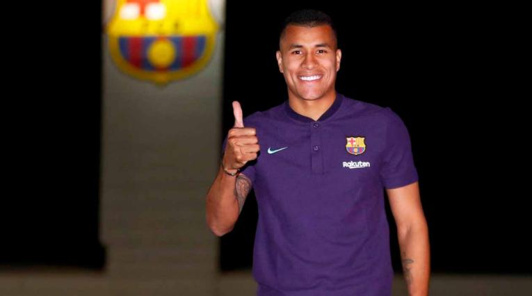 Acá el central colombiano posa con la camiseta de presentación del Barcelona