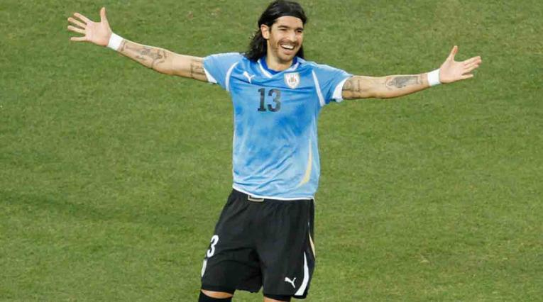 Sebastián el 'Loco' Abreu jugando con la Selección de Uruguay