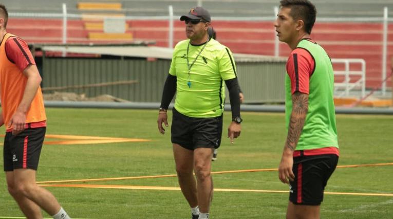 Hernán Torres, técnico colombiano dirigiendo a Melgar de Arequipa