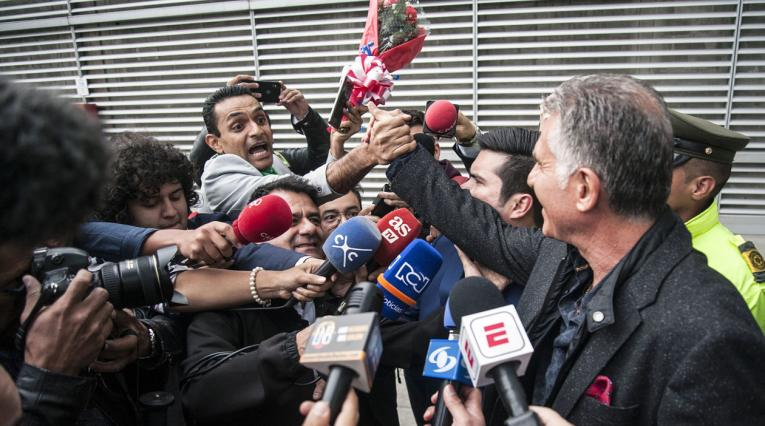 Carlos Queiroz recibiendo un ramo de rosas de un ciudadano iraní en el aeropuerto El Dorado de Bogotá.