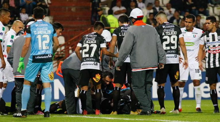 Momento en el que es atendido Jorge Luis Aguilar es atendido por el médico del Once Caldas