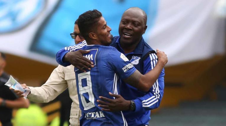 César Carillo celebrando el primer gol de Millonarios ante Atlético Huila. En la imagen , Fredy Rincón, asistente técnico de Jorge Luis Pinto.