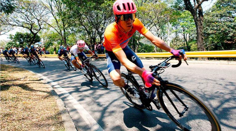 Rigoberto Urán en una de las curvas de la cuarta etapa del Tour Colombia.