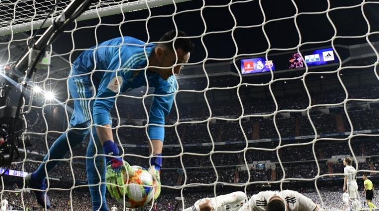 Jugadores del Real Madrid se lamentan por un gol del Barcelona