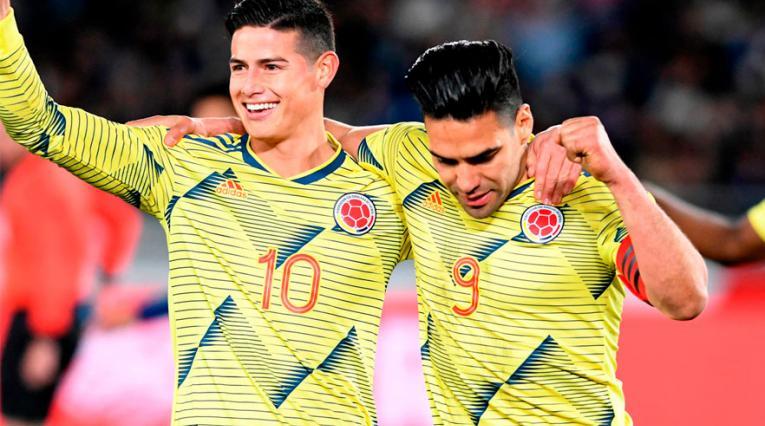 Falcao celebra junto a James celebrando el gol para la victoria ante Japón.