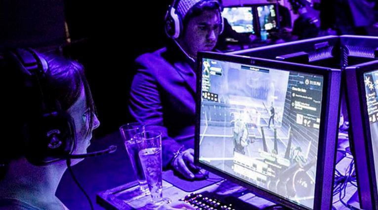 Gamers jugando jugando una partida de Fornite