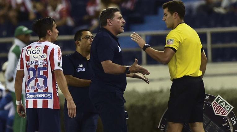 Luis Fernando Suárez, técnico del Junior, protestando