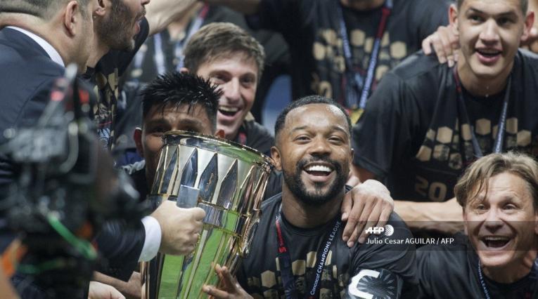 Dorlan Pabón celebrando el título de la Concachampions con la Premier League