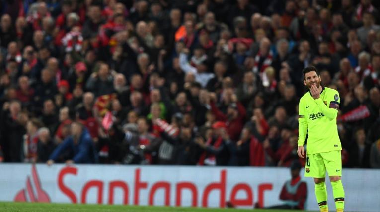 Leo Messi, asombrado en Anfield, estadio del Liverpool