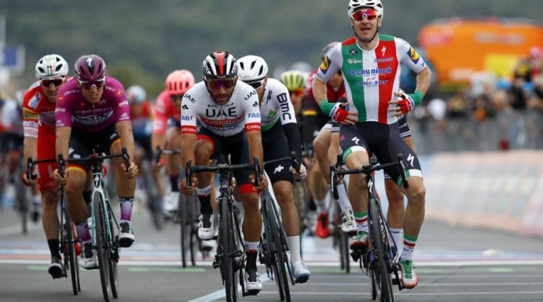 Elia Viviani derrotó a Fernando Gaviria en la tercera etapa del Giro de Italia