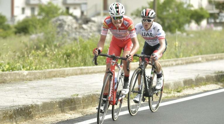 Fausto Masnada (Androni Giocattoli) y Valerio Conti (UAE) disputando la sexta etapa del Giro de Italia