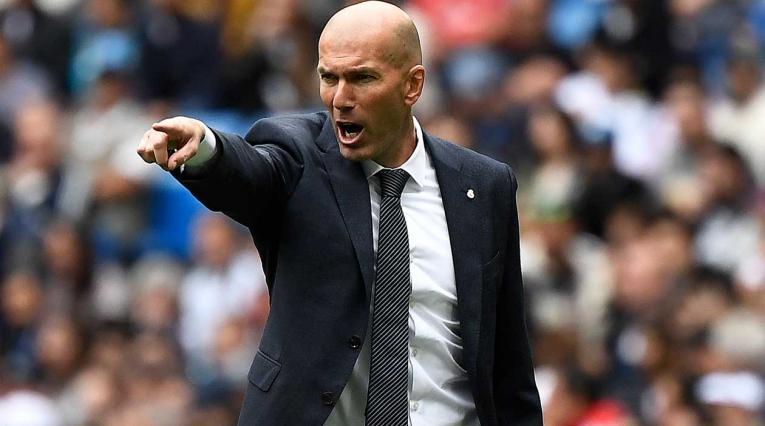 Zinedine Zidane dirigiendo el partido ante Betis con el Real Madrid.