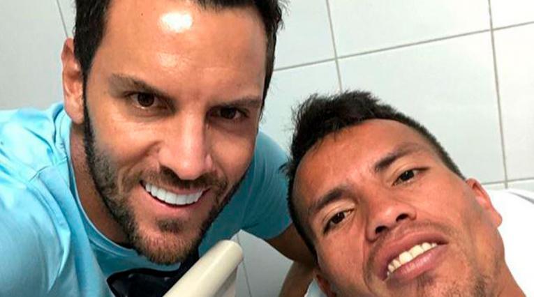 Sebastián Viera junto al ciclista con el que se chocó en Barranquilla.