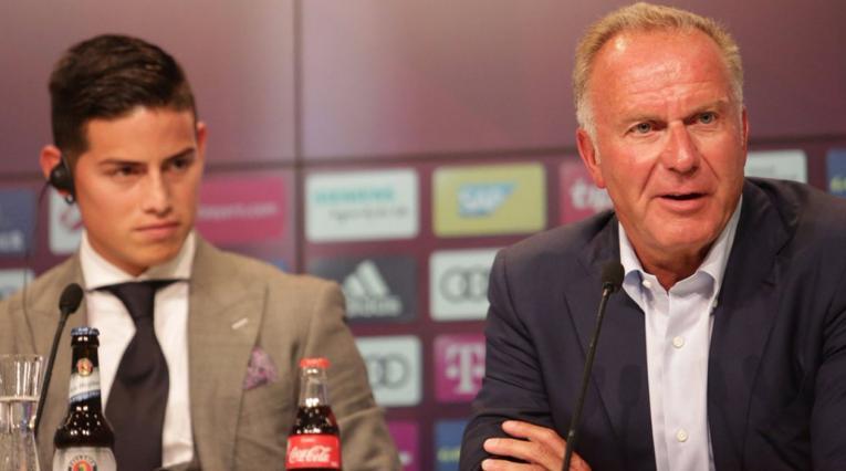 James Rodríguez, junto al director deportivo del Bayern Múnich, Karl-Heinz Rummenigge