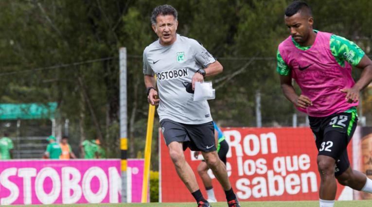 Juan Carlos Osorio dirigiendo un entrenamiento en Nacional
