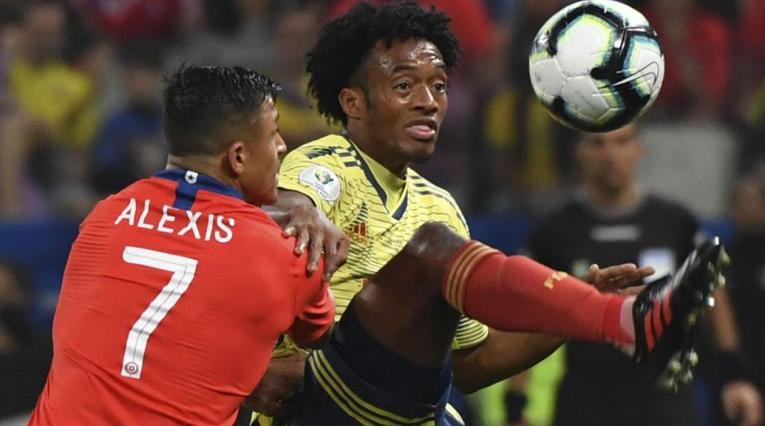 Juan Guillermo Cuadrado disputando un balón con Alexis Sánchez