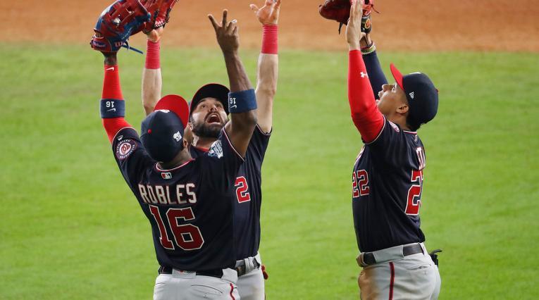 Los Nacionales de Washington celebrando su triunfo ante los Astros, en el primer juego de la Serie Mundial, en Houston