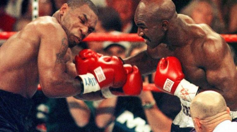 Evander Holyfield y Mike Tyson (AFP)